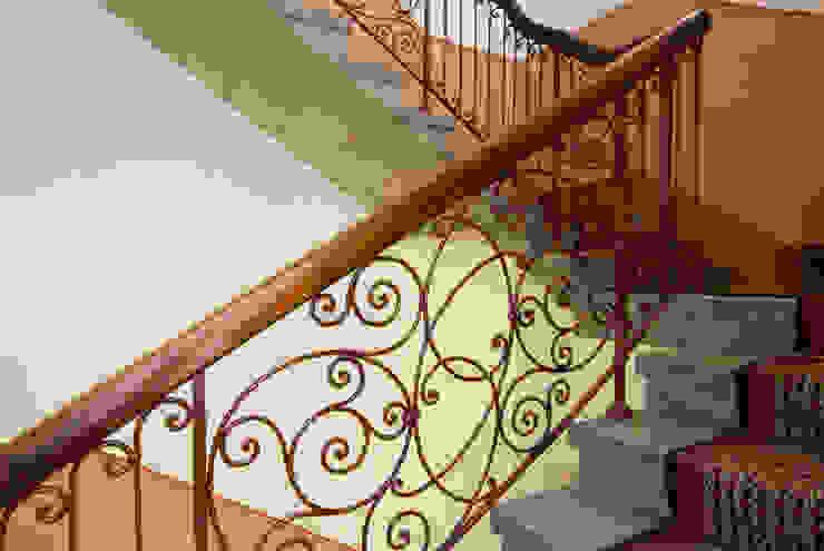 Pasillos, vestíbulos y escaleras de estilo colonial de Gabriele Riesner Architektin Colonial