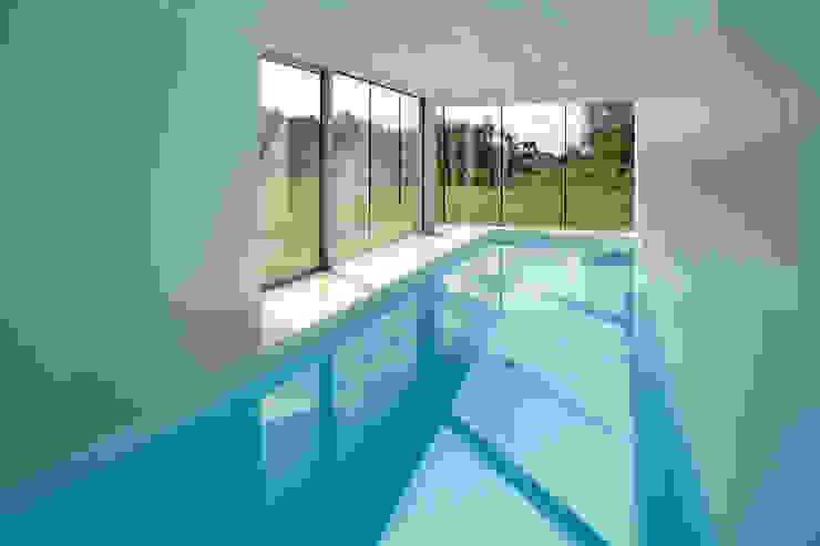 สระว่ายน้ำ โดย KWK Promes,
