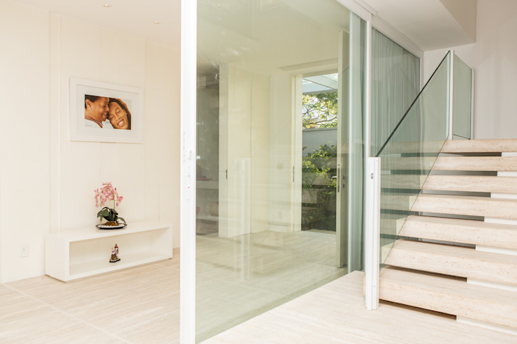 Modern Corridor, Hallway and Staircase by Airbnb Germany GmbH Modern