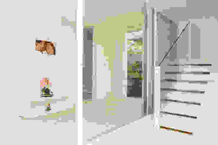 Pasillos, vestíbulos y escaleras de estilo moderno de Airbnb Germany GmbH Moderno