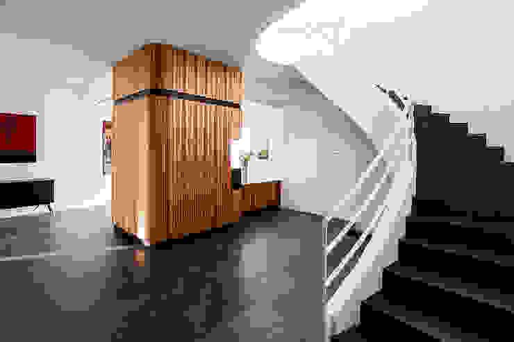The entrance Modern Corridor, Hallway and Staircase by Studio 4e Modern