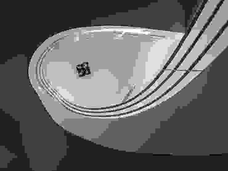 View from below of the staircase Pasillos, vestíbulos y escaleras de estilo moderno de Studio 4e Moderno