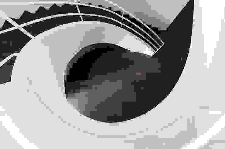 Staircase overhead view Pasillos, vestíbulos y escaleras de estilo moderno de Studio 4e Moderno
