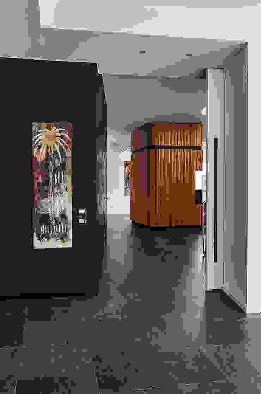 View from the kitchen Pasillos, vestíbulos y escaleras de estilo moderno de Studio 4e Moderno
