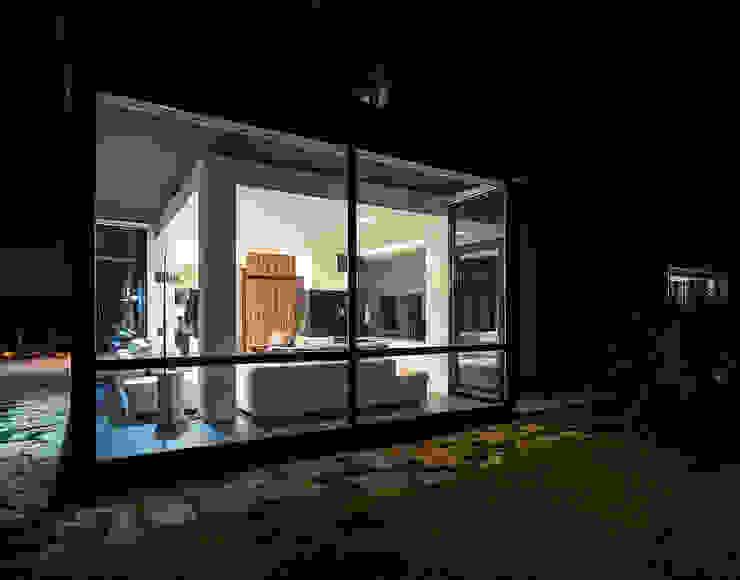 The living room at night Casas modernas de Studio 4e Moderno