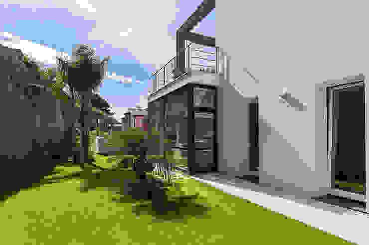 Front on the rock wall Casas modernas de Studio 4e Moderno