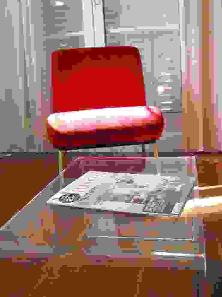 Petit studio parisien Salon classique par Parisdinterieur Classique