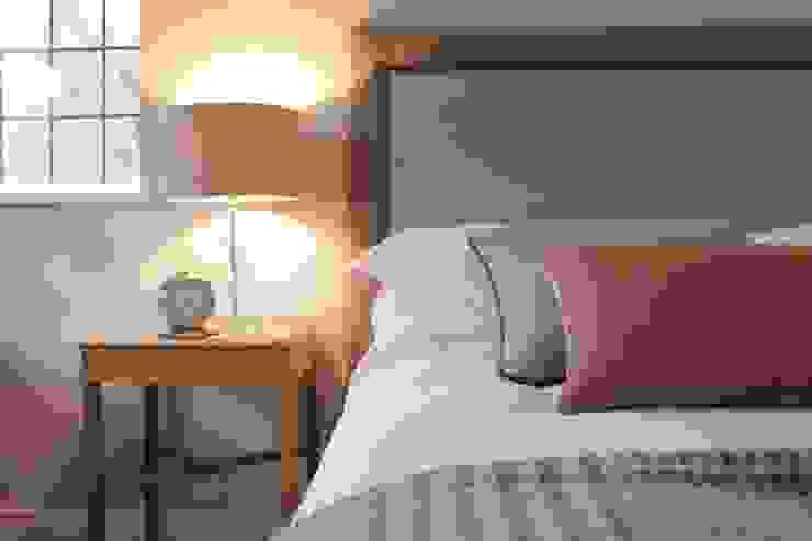 Bainbridge Luxury Upholstered Bed with designer details od TurnPost Nowoczesny