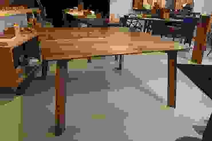 Tavolo quadrato bordi smussati di Vud Design