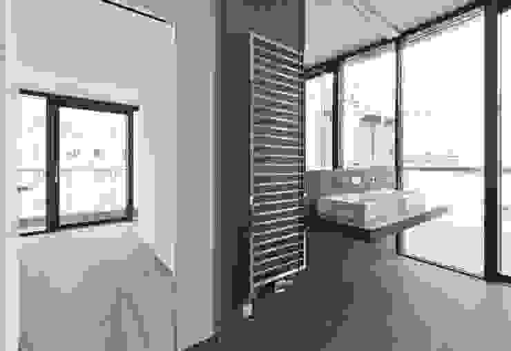 MG9 – Sanierung und Aufstockung Margaretenstraße 9 Moderne Badezimmer von Josef Weichenberger architects + Partner Modern