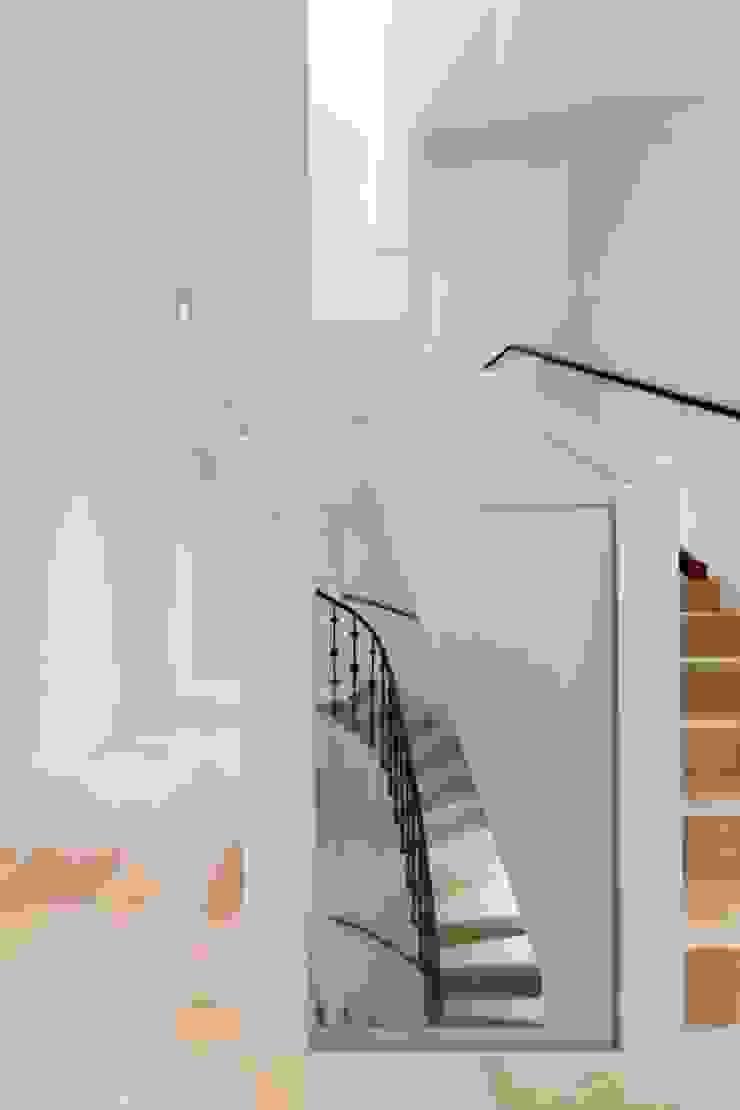 MG9 – Sanierung und Aufstockung Margaretenstraße 9 Moderner Flur, Diele & Treppenhaus von Josef Weichenberger architects + Partner Modern