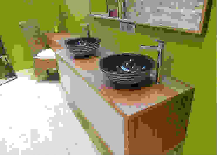 UNE SALLE DE BAIN TRÈS NATURE Salle de bain moderne par UN AMOUR DE MAISON Moderne