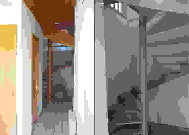 DOUCE RÉVOLUTION Couloir, entrée, escaliers modernes par UN AMOUR DE MAISON Moderne