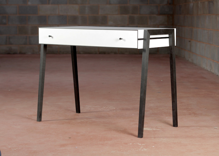 Animate Desk in Bog Oak and Formica: modern  von Young & Norgate,Modern