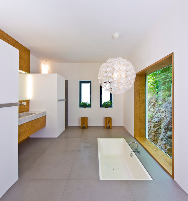Badezimmer mit extravaganter Badewanne von Bau-Fritz GmbH & Co. KG Ausgefallen