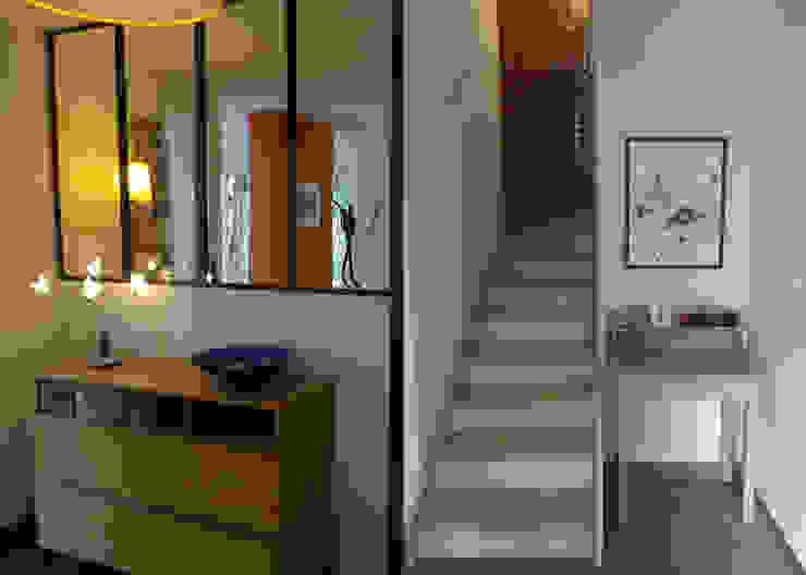 RELOOKING TENDANCE À ORVAULT Couloir, entrée, escaliers modernes par UN AMOUR DE MAISON Moderne