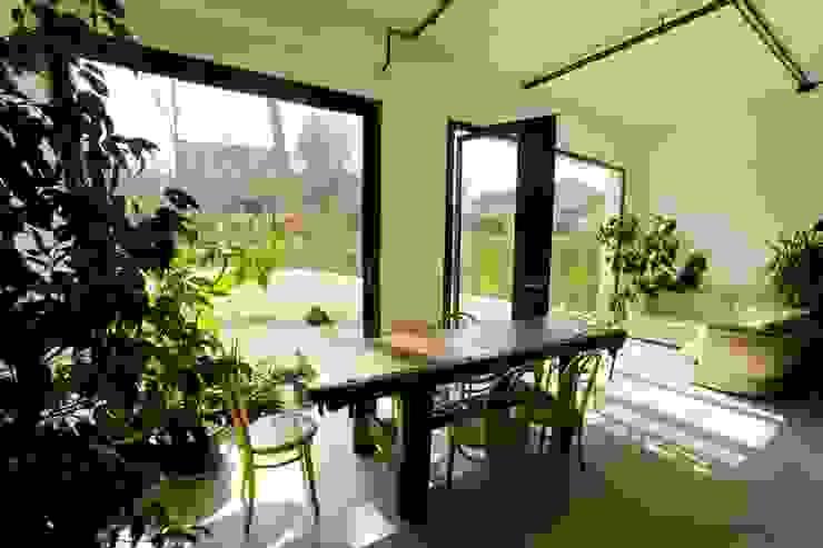 DOCK_52_da garage a residenza Sala da pranzo in stile industriale di laprimastanza Industrial