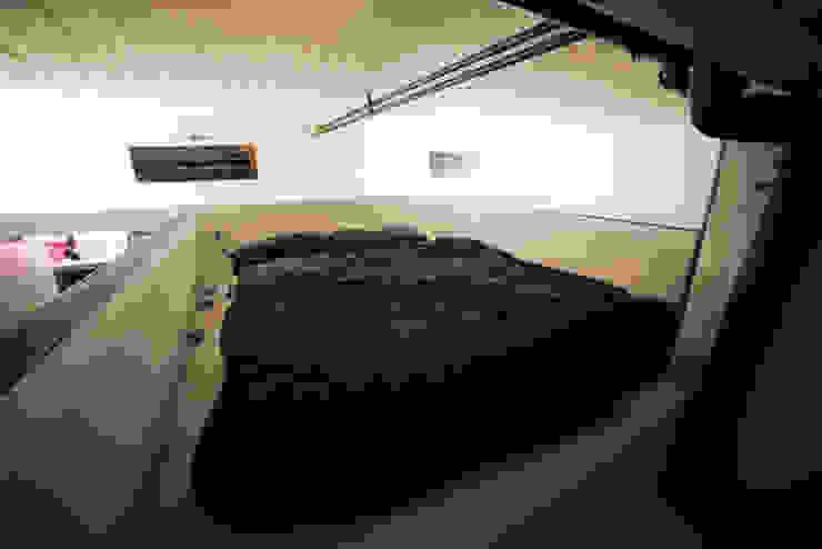 DOCK_52_da garage a residenza Camera da letto in stile industriale di laprimastanza Industrial