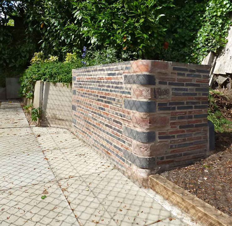 Landscaping around the Tennis Court - Period Brick Wall Giardino classico di Paul D'Amico Remodels Classico