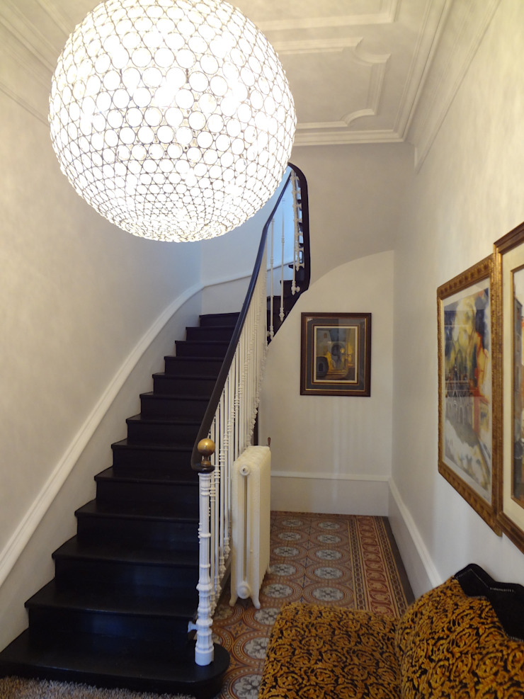 Eclectic style corridor, hallway & stairs by KJBI DECO Eclectic