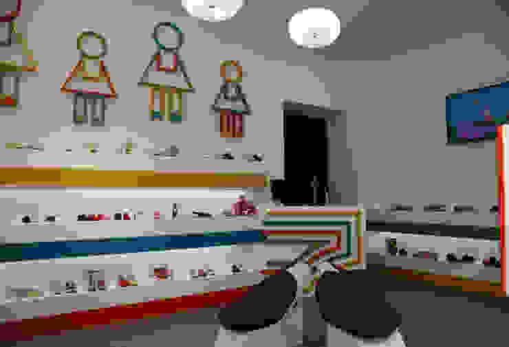 ZAPATERIA INFANTIL Oficinas y tiendas de estilo ecléctico de ENNIS Diseño de Interiores Ecléctico