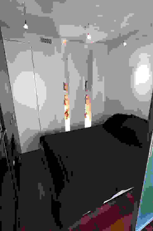 Espace de couchage indépendant dans un studio Salon moderne par Fables de murs Moderne