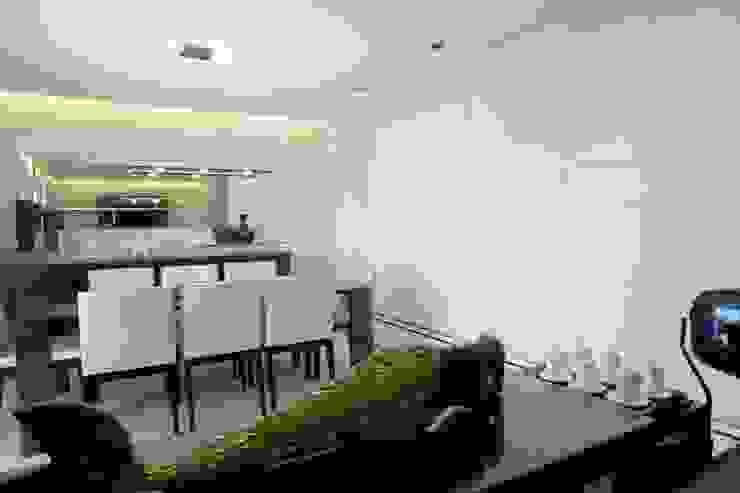 PROJETO - PRETO, BRANCO E PRÁTICO - LIVING Salas de jantar modernas por Adriana Scartaris: Design e Interiores em São Paulo Moderno