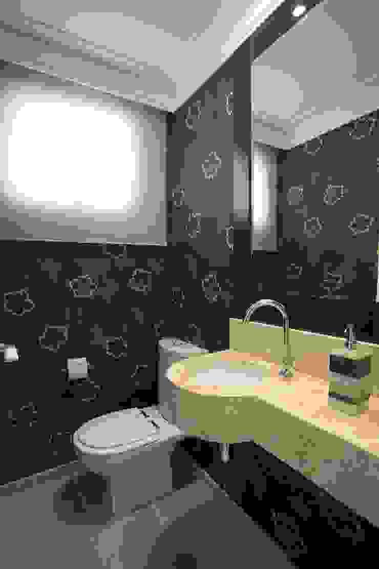PROJETO - PRETO, BRANCO E PRÁTICO - LIVING Banheiros clássicos por Adriana Scartaris: Design e Interiores em São Paulo Clássico