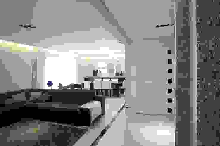 PROJETO - PRETO, BRANCO E PRÁTICO - LIVING Salas de estar modernas por Adriana Scartaris: Design e Interiores em São Paulo Moderno