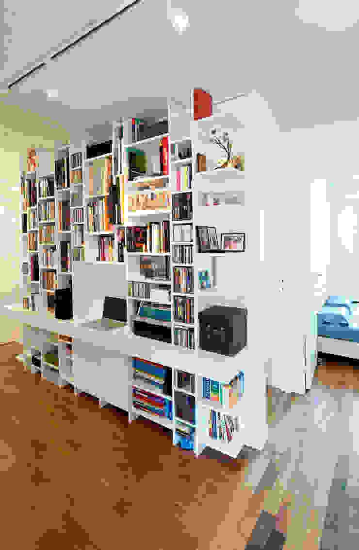 Une bibliothèque rythmée Bureau moderne par Fables de murs Moderne
