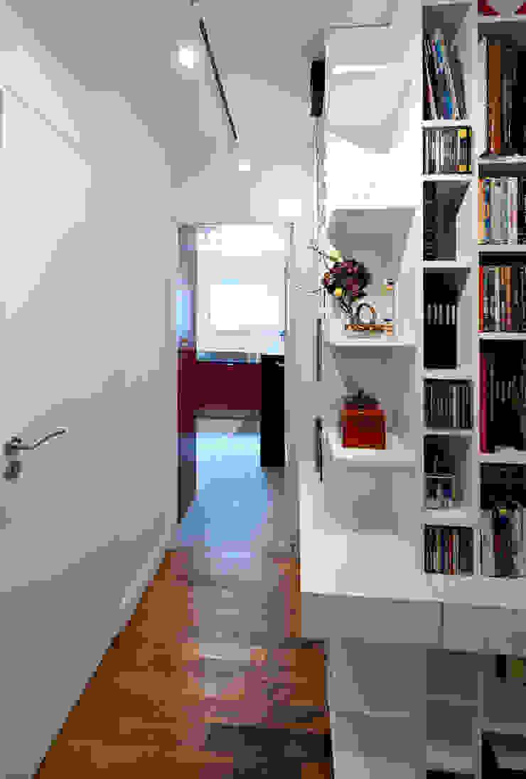 Une bibliothèque à la porte de la cuisine Bureau moderne par Fables de murs Moderne