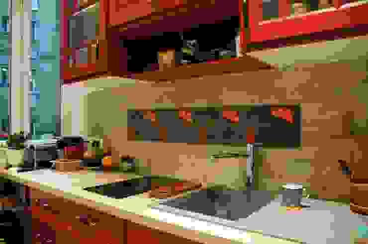 Frise en carrelage mosaïque sur une crédence de cuisine Cuisine originale par Mosa de Luna Éclectique