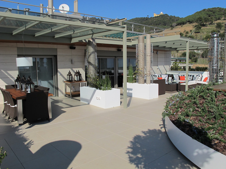 Terraza entre chimeneas Balcones y terrazas de CONILLAS - exteriors