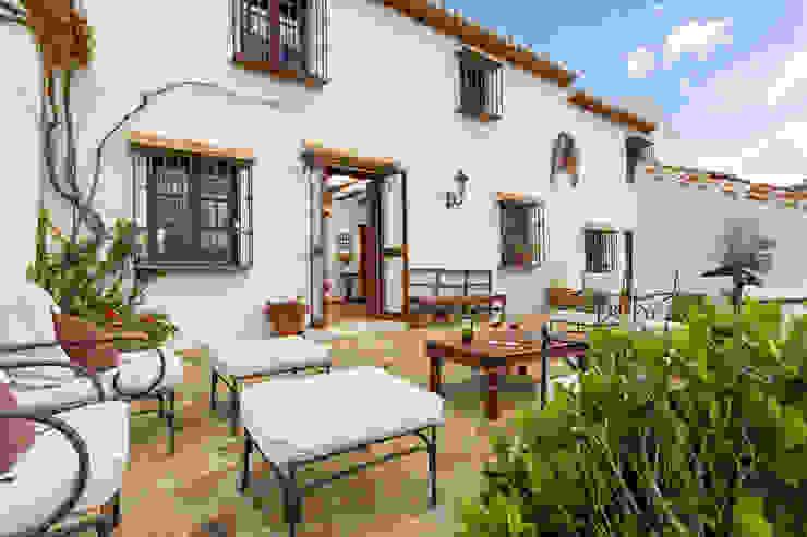 Farm and wine factory exteriors Balcones y terrazas de estilo rústico de Espacios y Luz Fotografía Rústico