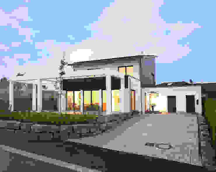 Die Idee des Energie-Plus-Hauses ist mehr als eine schöne Vision oder ein Konzept für aufwendige Vorzeige-Objekte. Moderne Häuser von Bosch Thermotechnik GmbH Modern