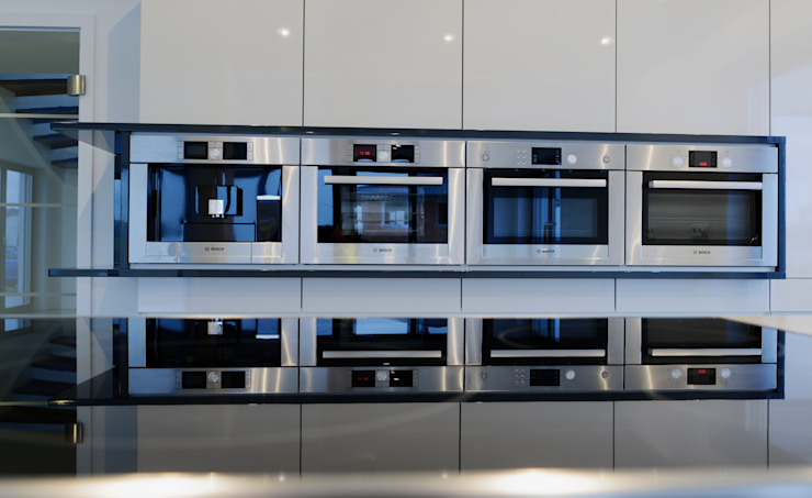 Im Energie-Plus-Haus sorgen Einbaugeräte höchster Effizienzklassen für sparsamen Umgang mit dem erzeugten Strom. Moderne Häuser von Bosch Thermotechnik GmbH Modern