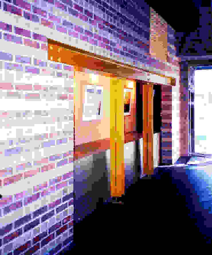 煉瓦との出会い モダンな 壁&床 の ユミラ建築設計室 モダン