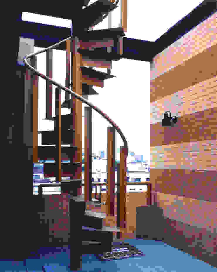 地層の表情 の ユミラ建築設計室 モダン