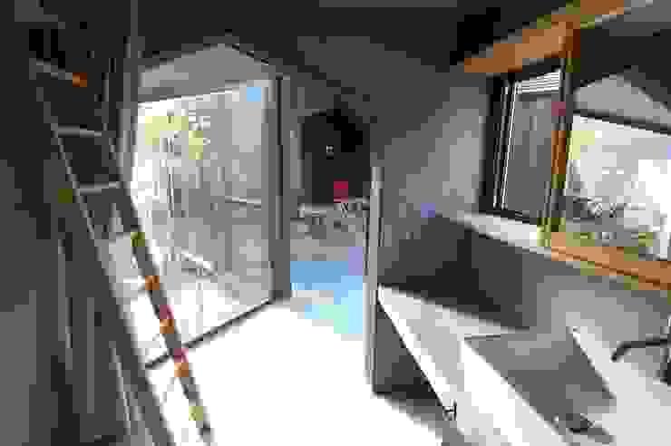 箕面森町の家 モダンスタイルの お風呂 の 間工作舎 モダン