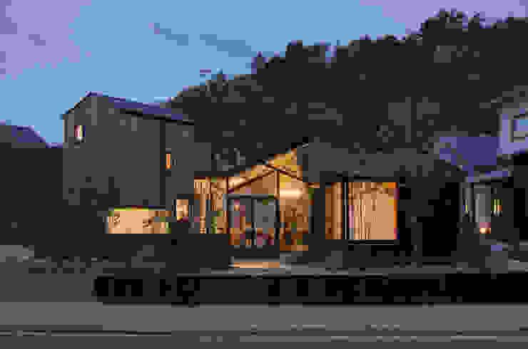 Modern home by 間工作舎 Modern
