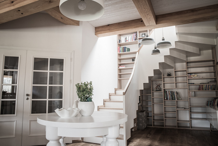 Klatka schodowa w skandynawskim stylu Skandynawski korytarz, przedpokój i schody od grupa KMK sp. z o.o Skandynawski