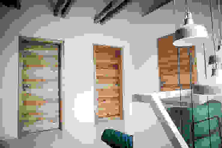 Couloir, entrée, escaliers rustiques par grupa KMK sp. z o.o Rustique