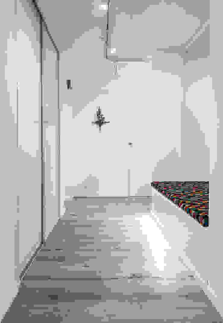 Couloir, entrée, escaliers modernes par grupa KMK sp. z o.o Moderne