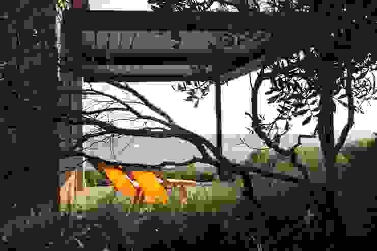 Villa pied dans l'eau Balcon, Veranda & Terrasse modernes par Véronique Desmit Moderne