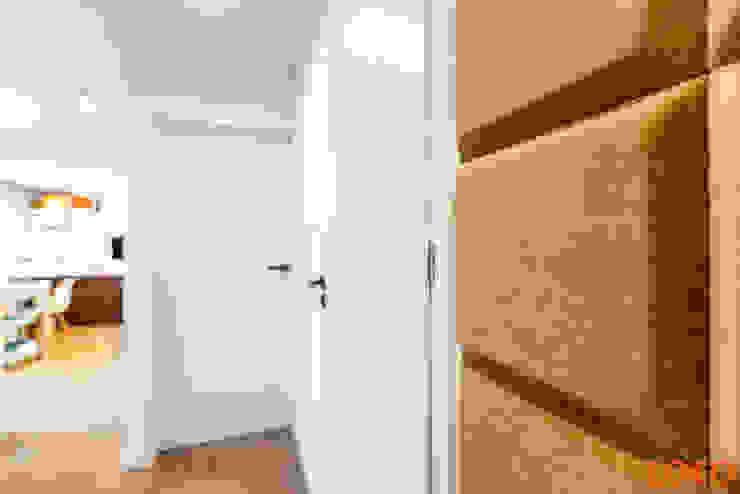 COCO Pracownia projektowania wnętrz Modern corridor, hallway & stairs