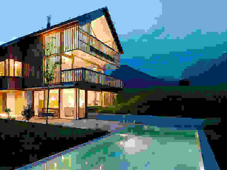 Privathaus mit Holzfenstern Fenster & Türen im Landhausstil von KAPO Fenster und Türen GmbH Landhaus
