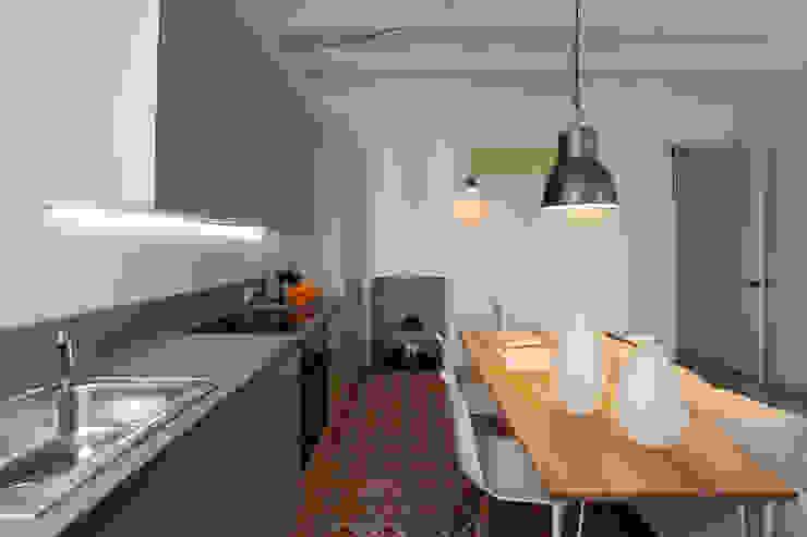 PISO TORRENT MATARÓ Cocinas de estilo minimalista de Lara Pujol | Interiorismo & Proyectos de diseño Minimalista