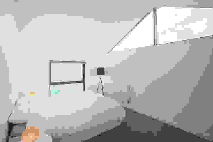 The Cedar Lodges Nowoczesna sypialnia od Adam Knibb Architects Nowoczesny