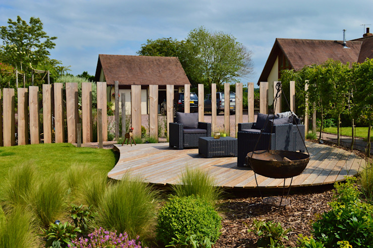 Traditional Garden - Decked Seating Area and Vertical Wooden Screening Country style garden by Unique Landscapes Country