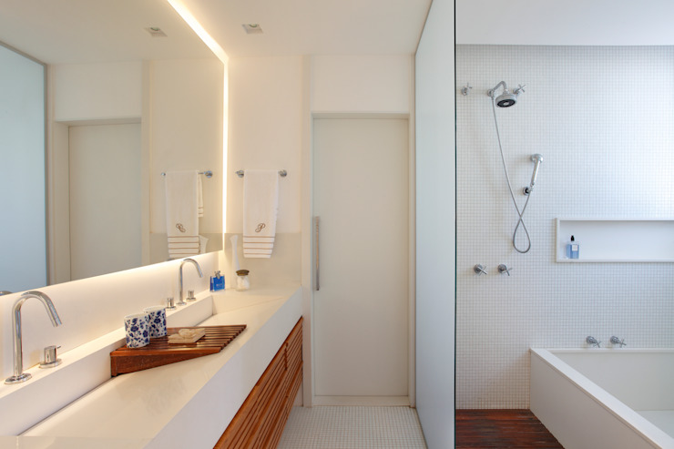 Eclectic style bathrooms by Escala Arquitetura Eclectic